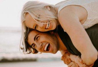 Zwei Personen freuen sich über die Vorteile