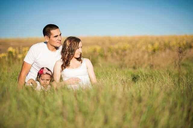 Glückliche Familie auf einem Feld