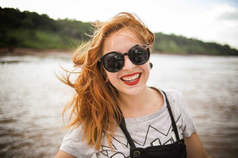 Frau lächelt über erhaltenes Darlehen